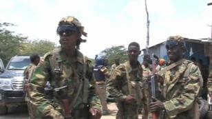 Avec les soldats somaliens et de l'Union africaine qui tentent de reprendre Barawe en Somalie, le 5 octobre 2014.