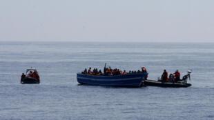 Une embarcation de fortune au large des côtes de Lampedusa, le 8 mai 2015.