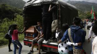 Indígenas asisten al funeral de Gersaín Yatacué este domingo en Toribío, departamento del Cauca, Colombia, el 4 de agosto de 2019.