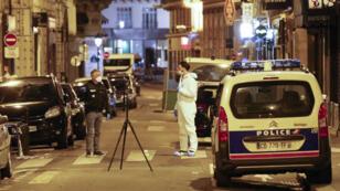 Samedi, peu avant 21 h, un passant âgé de 29 ans a été tué et quatre personnes blessées par le jeune homme armé d'un couteau.