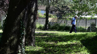 Un résident se promenant dans le jardin d'un Ehpad, à Bordeaux, le 14 avril 2020.