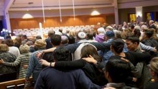مشيعون يصلون على أرواح ضحايا إطلاق كنيس شاباد بواي في كاليفورنيا، 27 أبريل نسيان 2019