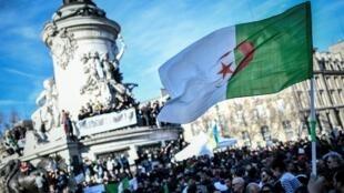 Des manifestants de la communauté algérienne manifestent à Paris en soutien au mouvement algérien contre un cinquième mandat du président Abdelaziz Bouteflika.