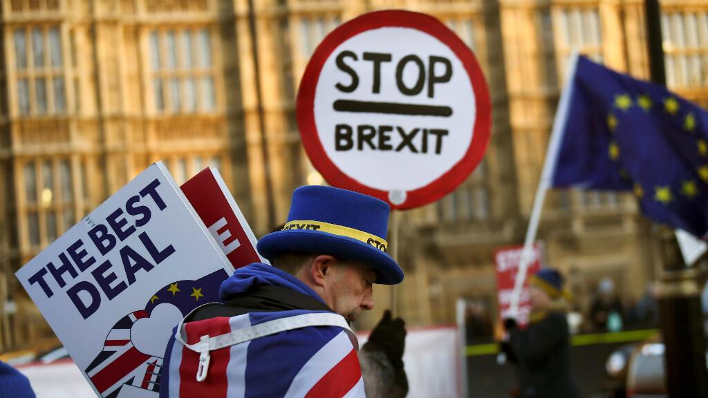Un manifestante anti-Brexit camina fuera de las Casas del Parlamento en Londres, Reino Unido, el 17 de enero de 2019.