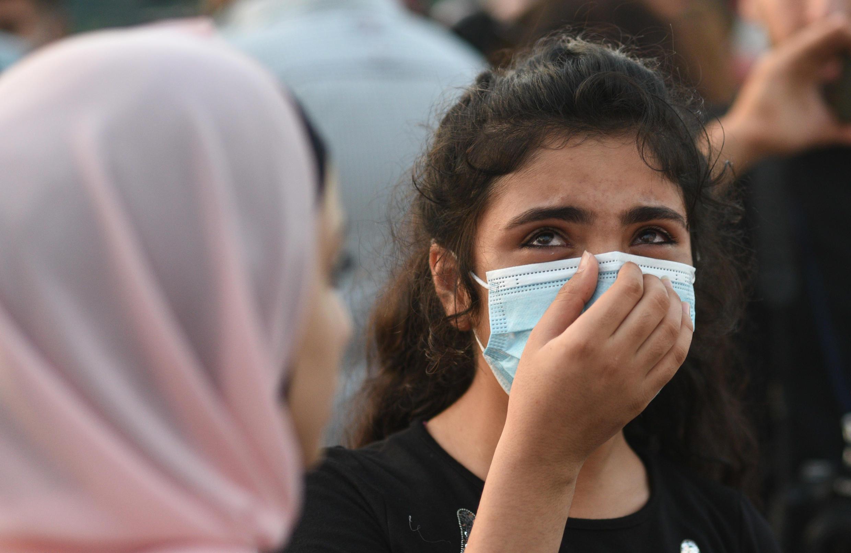 شابة لبنانية فقدت أحد أقاربها تبكي أثناء عملية إطلاق بالونات في السماء تكريما لضحايا الانفجار الذي هز مرفأ بيروت في 4 آب/أغسطس الماضي.