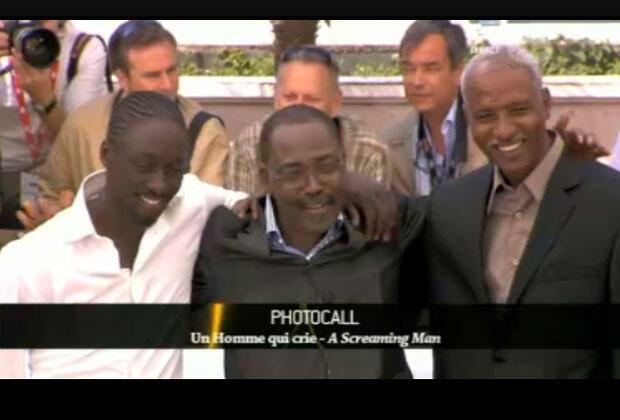 مخرج الفيلم والممثلين الرئيسيين أمام عدسات الكاميرات