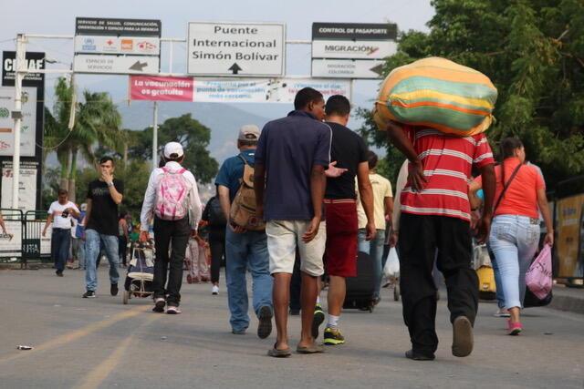Decenas de ciudadanos venezolanos atravesando el puente internacional Simón Bolívar, en Cúcuta, Colombia, el 8 de febrero de 2019.