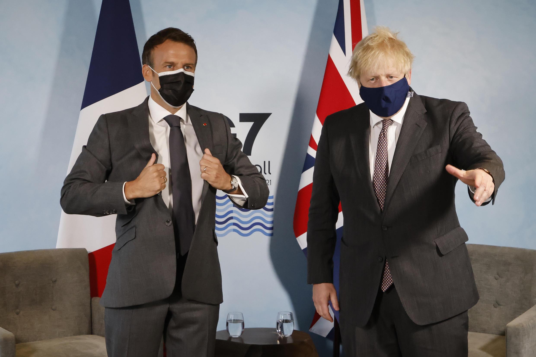 رئيس وزراء بريطانيا بوريس جونسون والرئيس الفرنسي إيمانيول ماكرون خلال لقاء ثنائي ضمن قمة مجموعة السبع في كاربيس باي في منطقة كورنويل الانكليزية في 12 حزيران/يونيو 2021