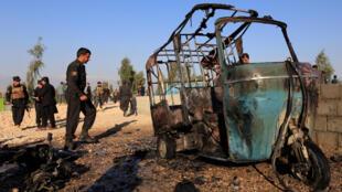 Oficiales de policía afganos inspeccionan el sitio de un ataque suicida en las afueras de Jalalabad, el 31 de diciembre de 2017.