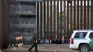 Agentes fronterizos mientras vigilaban a un grupo de indocumentados centroamericanos en la línea de Paso del Norte, en Ciudad Juárez, México, el 20 de mayo de 2019.