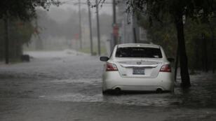 Un coche está siendo rodeado por aguas al paso del huracán Dorian por Charleston.