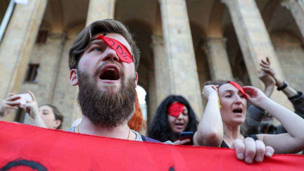 Los manifestantes asisten a un mitin contra la visita de un legislador ruso cerca del edificio del parlamento en Tbilisi, Georgia , el 21 de junio de 2019.