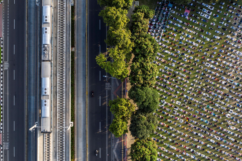 Photo aérienne de musulmans indonésiens priant à la Grande Mosquée d'Al-Azhar, à Jakarta, Indonésie, tout en respectant leurs distances, le 31 juillet 2020.