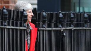 La primera ministra británica Theresa May abandona la residencia oficial de Downing Street por la salida trasera, en Londres, el 16 de noviembre de 2018.