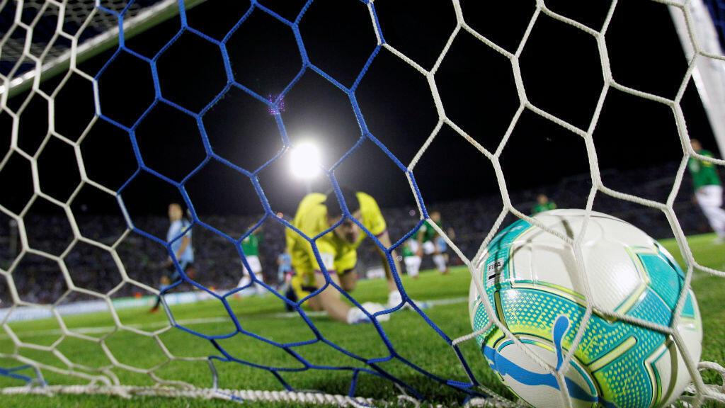 Gol de Uruguay anotado por el delantero Edinson Cavani.