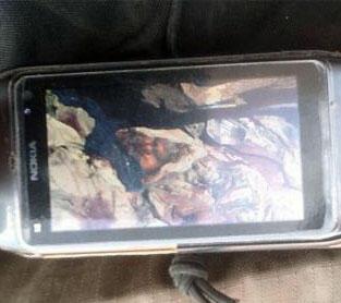 Photographie du portable d'un militaire tchadien qui montre sur son fond d'écran le cadavre d'un homme supposé être le terroriste Mokhtar Belmokhtar.
