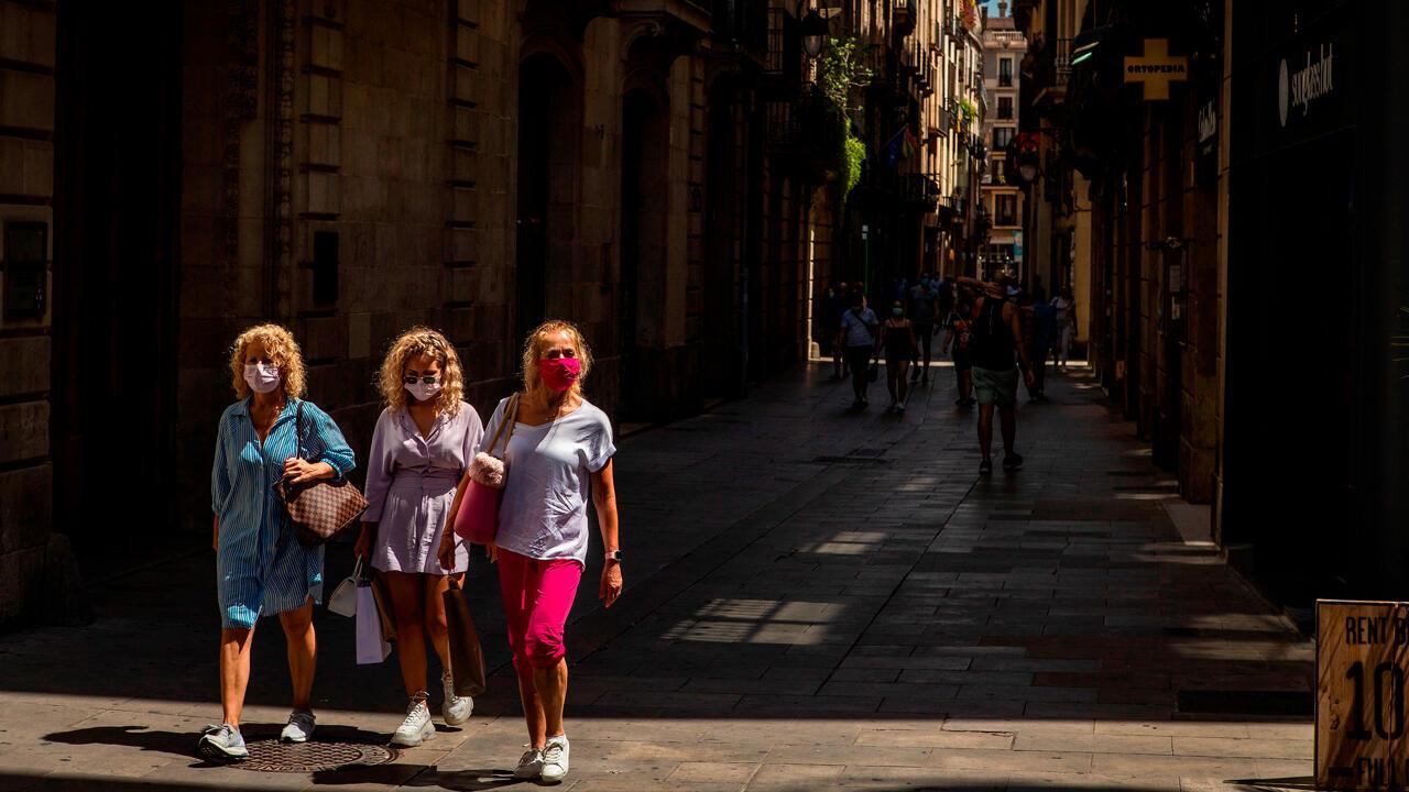 Tres visitantes caminan por el barrio gótico de Barcelona este 28 de julio cuando el sector turístico catalán se enfrenta a un nuevo parón, tras la leve reactivación que había vivido después de la apertura de fronteras, por las restricciones impuestas por países como Reino Unido a los turistas que vienen de España o las recomendaciones de Francia y Alemania de no viajar a Cataluña.