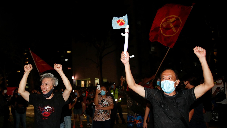 Los adeptos del Partido de los Trabajadores celebran los resultados de las elecciones generales en Singapur el 11 de julio de 2020.
