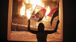 Un manifestante paraguayenne devant le Parlement à Asuncion, où un incendie s'est déclaré, le 31 mars 2017.
