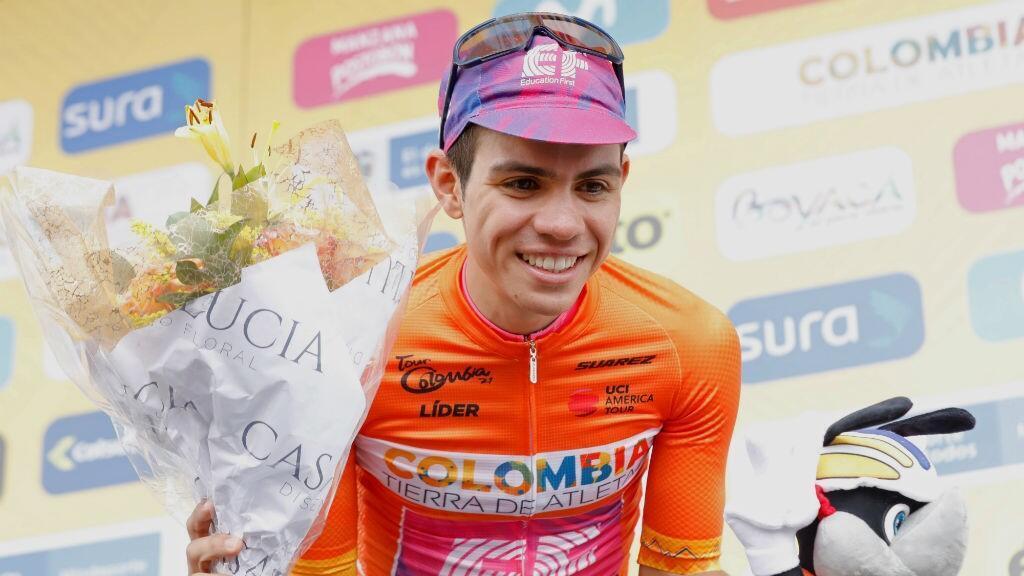 El ciclista colombiano Sergio Andrés Higuita celebra en el podio con la camiseta de líder de la clasificación general del Tour Colombia 2.1 en Santa Rosa de Viterbo, Colombia, el 14 de febrero de 2020.