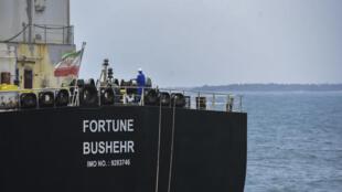 """ناقلة النفط الإيرانية """"فورتشن بوشهر"""" أثناء رسوّها في  مصفاة إل باليتو في فنزويلا في 25 أيار/مايو 2020"""