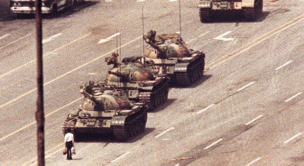 Imagen de archivo-Un hombre se para frente a un convoy de tanques en una avenida de Beijing, China, el 5 de junio de 1989.