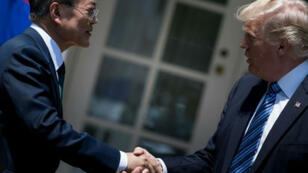 الرئيس الأمريكي (يمين) دونالد ترامب ونظيره الكوري الجنوبي مون جاي-إن