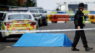 Un oficial de policía cerca al lugar de los reportes de apuñalamientos en Birmingham, Reino Unido, el 6 de septiembre de 2020.