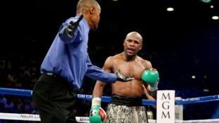 L'Américain Floyd Mayweather Jr. (d) lors de son combat face à l'Argentin Marcos Maidana pour le titre unifié WBC/WBA des welters, le 13 septembre 2014 à Las Vegas