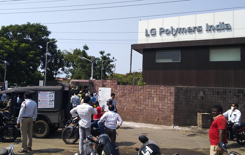 """أمام مصنع """"آل جي بوليمرز"""" الذي شهد تسربا للغاز في مدينة فيزاخابتنام الهندية في 07 أيار/مايو 2020"""