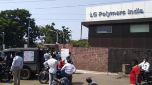 أمام مصنع ال جي بوليمرز الذي شهد تسربا للغاز في مدينة فيزاخابتنام الهندية في 07 أيار/مايو 2020