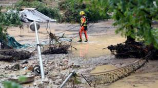 Un rescatista se encuentra en una zona inundada de un campamento inundado en Saint-Julien-de-Peyrolas, en el sur de Francia, el 9 de agosto de 2018.