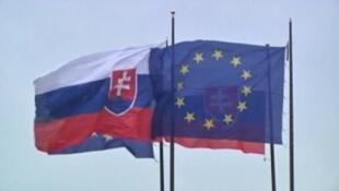 علم سلوفاكيا (يسار) وعلم الاتحاد الأوروبي