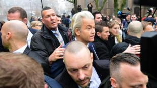 À trois semaines des élections législatives, le député néerlandais d'extrême droite Geert Wilders a annoncé la suspension de sa campagne, jeudi 23 février 2017.