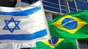 العلم البرازيلي إلى جانب العلم الإسرائيلي أمام مقر السفارة البرازيلية في تل أبيب، أكتوبر 2018