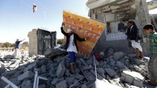 Des civils yéménites récupèrent ce qu'ils peuvent d'une maison à Sanaa détruite par une frappe menée par la coalition militaire dirigée par l'Arabie saoudite.