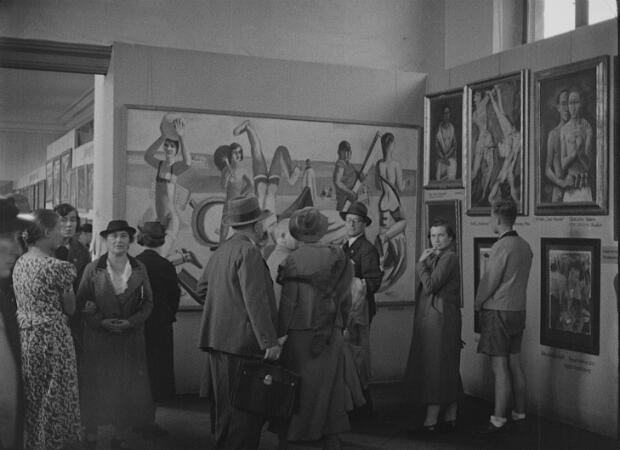 """Des visiteurs dans l'exposition """"Art dégénéré"""" à Munich en 1937."""