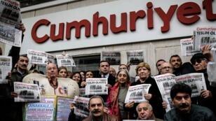 Des manifestants soutenant le quotidien turc d'opposition Cumhuriyet, le 1er novembre 2016, à Istanbul.