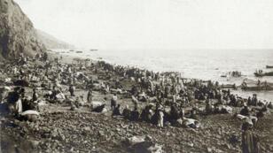 Des Arméniens attendant leur évacuation vers l'Égypte depuis le rivage, probablement dans la baie d'Antioche en Turquie, en 1915.