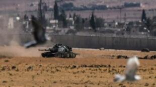 """دبابة تركية خلال اشتباكات مع تنظيم """"الدولة الإسلامية"""" في كيليس في 4 سبتمبر 2016"""