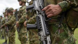 Des soldats de l'armée colombienne lors d'une opération militaire contre des rebelles à l'origine du rapt de journalistes équatoriens, le 14 avril 2018.