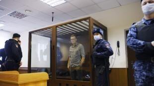 El líder de la oposición rusa Alexéi Navalny asiste a una audiencia para considerar una apelación contra una decisión judicial anterior y cambiar su sentencia, suspendida a una pena de prisión real, en Moscú, Rusia, el 20 de febrero de 2021.