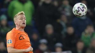 صورة مؤرخة فس 16 تشرين الثاني/نوفمبر للاعب منتخب هولندا لكرة القدم، دوني فان دي بيك خلال تصفيات كاس أوروبا 2020 ضد ايرلندا الشمالية.