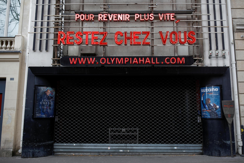 """La marquesina del teatro Olympia iluminada con el mensaje """"Para regresar pronto, quédate en casa"""". París, 22 de marzo de 2020."""
