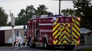 شاحنة تابعة لجهاز الإطفاء تنتظر بعد الانفجار في مصنع أركيما في كروسبي في ولاية تكساس الأمريكية الخميس 30 آب/أغسطس 2017