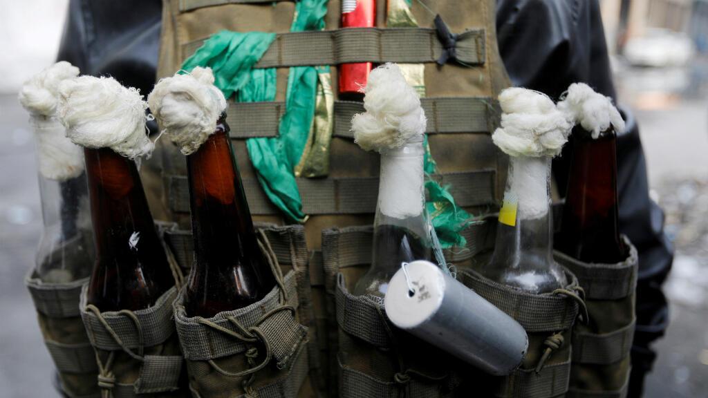 Un manifestante carga varios cocteles molotov durante las protestas del 12 de diciembre en Bagdad, la capital de Irak.