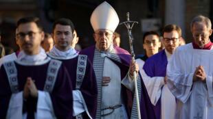 El papa Francisco  tras celebrar una homilía en la Basílica de Santa Sabina con motivo del Miércoles de Ceniza, en Roma, Italia, hoy, 14 de febrero de 2018.