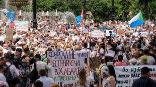 محتجون روس يشاركون في تظاهؤة ضخمة مناهضة للكرملين في مدينة خاباروفسك في 25 تموز/يوليو 2020
