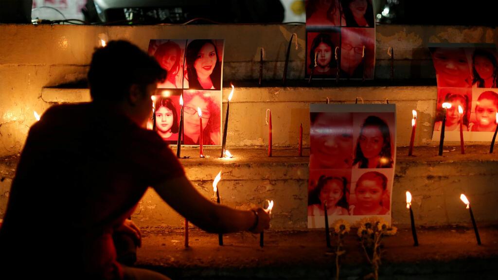 Una mujer enciende velas durante una ceremonia para conmemorar el Día Internacional contra la violencia de género en San Salvador, El Salvador, el 24 de noviembre de 2018.