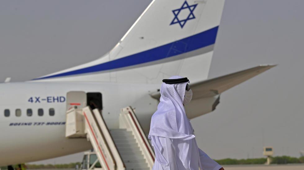إماراتي قرب طائرة إسرائيلية في أبوظبي في 31 آب/أغسطس